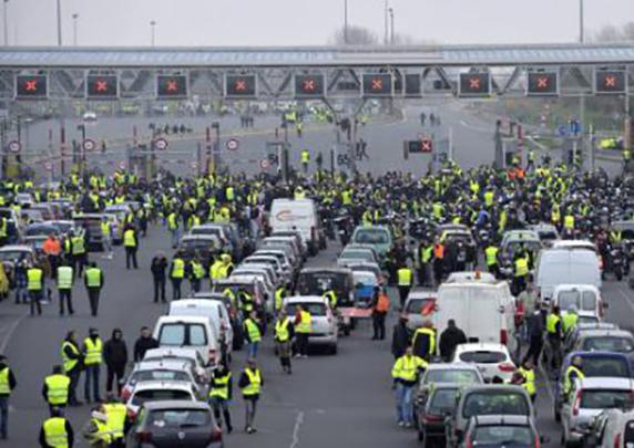 El transporte de mercancías de Madrid denuncia el secuestro de miles de camiones en Francia por el bloqueo de carreteras.