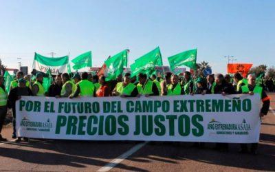 LOS AGRICULTORES CORTAN LAS CARRRETERAS EN EXTREMADURA