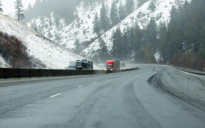 Al menos 450 carreteras continúan afectadas por nieve y hielo